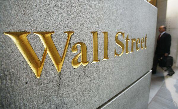 Указатель  Wall Street рядом с Нью-Йоркской фондовой биржей