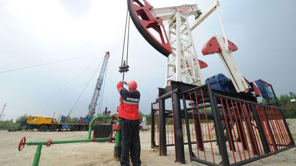 Оператор по добыче нефти на нефтяном кусте в районе города Лангепас