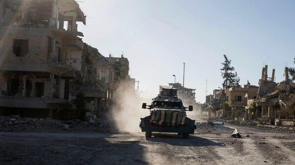 Бронетранспортер Сирийских демократических сил, поддерживаемых США, в Ракке, Сирия