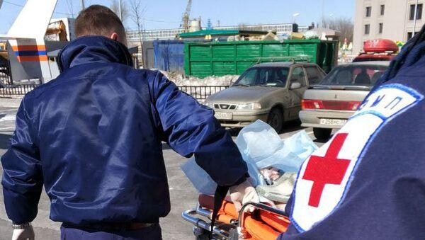 Упавшего с четвертого этажа в Москве ребенка эвакуируют в больницу на вертолете. 30 марта 2018