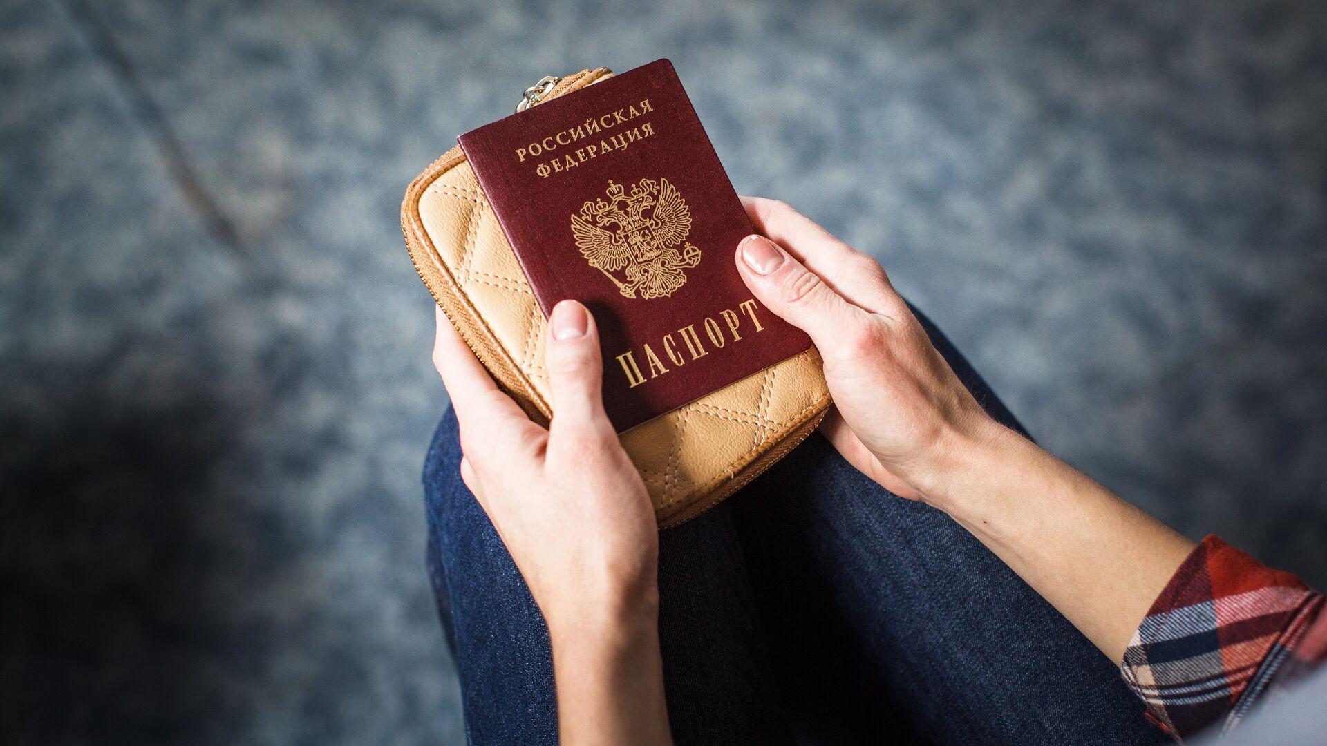 Девушка держит российский паспорт - РИА Новости, 1920, 13.04.2021
