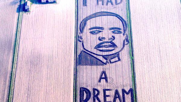 Гигантский портрет Мартина Лютера Кинга на итальянском поле
