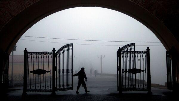 Охранник у ворот. Архивное фото