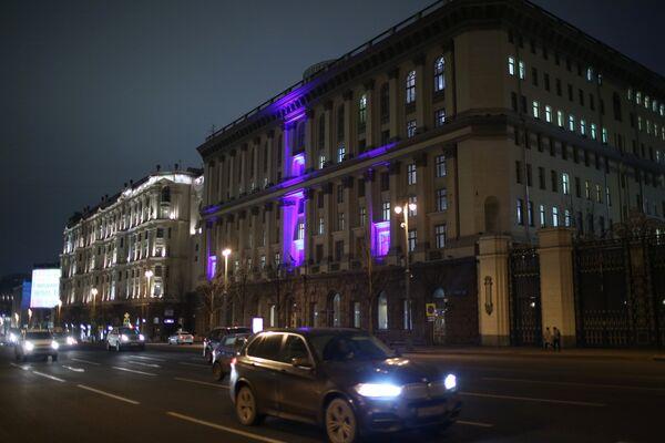 Здание Министерства образования и науки Российской Федерации в Москве, подсвеченное синим цветом в рамках международной акции Зажги синим (Light It Up Blue), которая приурочена к Всемирному дню распространения информации об аутизме