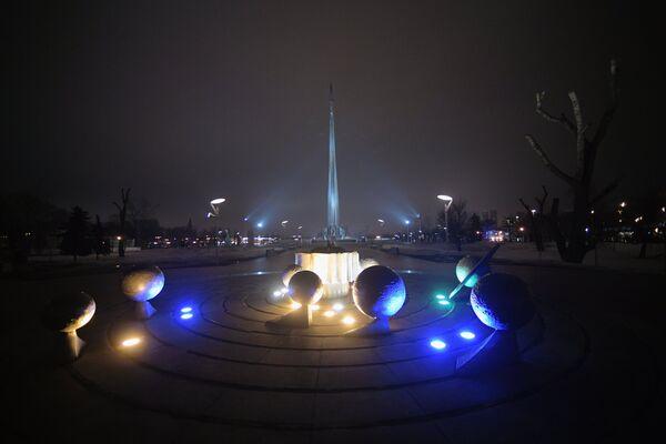 Скульптурная композиция «Солнечная система» в Москве, подсвеченная синим цветом в рамках международной акции Зажги синим (Light It Up Blue), которая приурочена к Всемирному дню распространения информации об аутизме