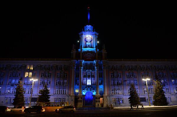 Здание городской администрации Екатеринбурга, подсвеченное синим цветом в рамках международной акции Зажги синим (Light It Up Blue), которая приурочена к Всемирному дню распространения информации об аутизме
