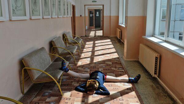 Балерины в коридоре Новосибирского государственного хореографического училища.