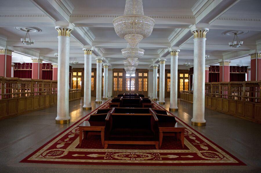 В фойе первого этажа Новосибирского оперного театра