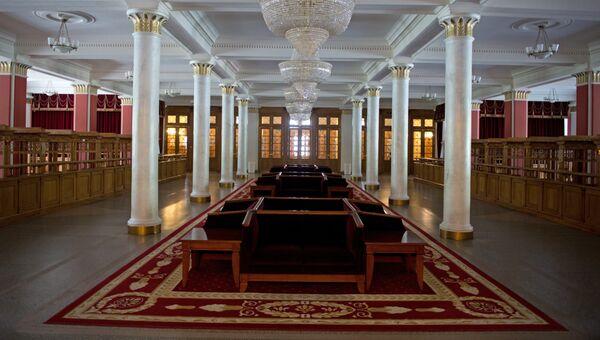 В фойе первого этажа Новосибирского оперного театра.