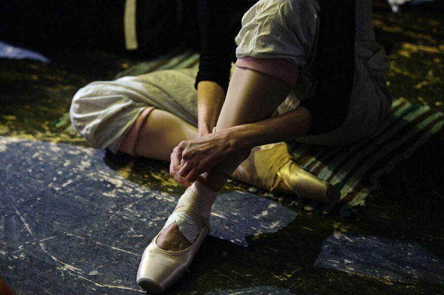 Балерина завязывает пуанты