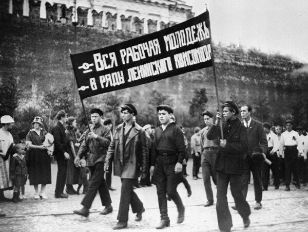 Комсомольцы во время демонстрации на Красной площади