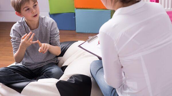 Подросток общается с психологом