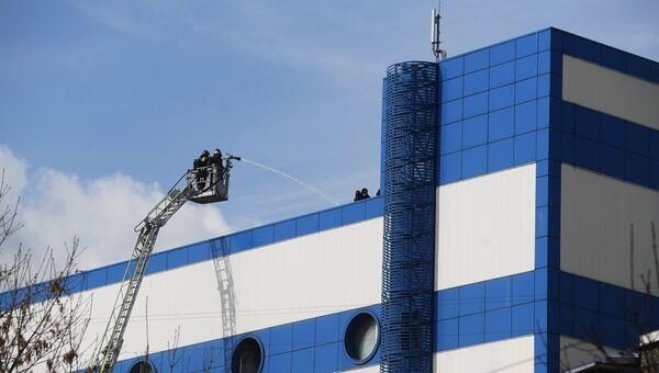 Сотрудники противопожарной службы МЧС РФ на тушении пожара в детском торговом центре Персей в Москве