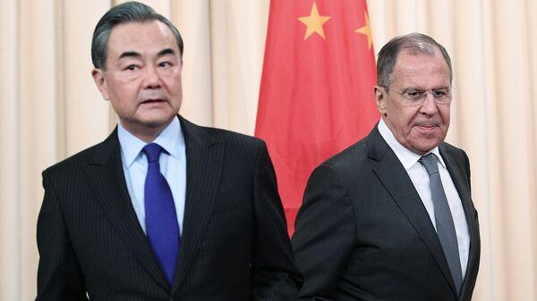 Министр иностранных дел России Сергей Лавров и министр иностранных дел КНР Ван И перед началом пресс-конференции в Москве. 5 апреля 2018