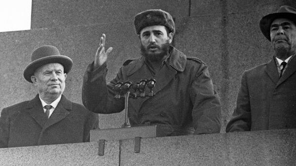 Кубинский лидер Фидель Кастро (в центре), Председатель Совета Министров СССР Никита Хрущев (слева) и Председатель Президиума Верховного Совета СССР Леонид Брежнев (справа) на трибуне во время митинга