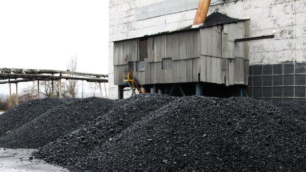 Уголь на территории шахты Комсомолец Донбасса в Донецкой области