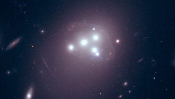Скопление галактик Abell 3827 и клубы темной материи в четырех крупных галактиках (отмечены красным)