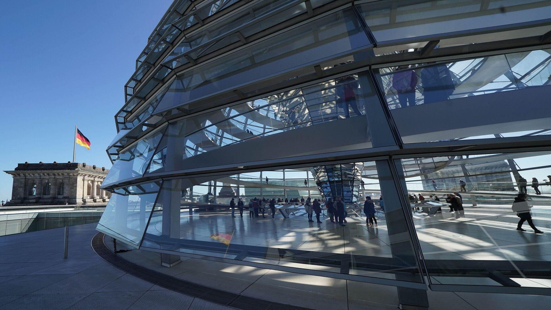 Современный стеклянный купол реконструированного здания Рейхстага в Берлине - РИА Новости, 1920, 02.10.2020