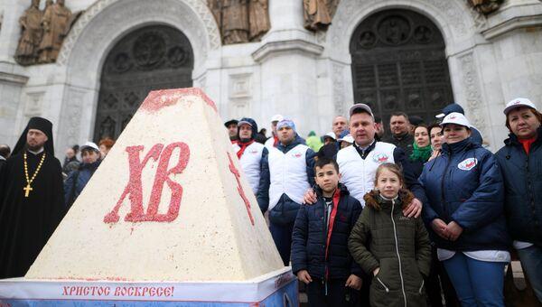 Прихожане после богослужения в праздник Благовещения Пресвятой Богородицы у кафедрального соборного Храма Христа Спасителя в Москве
