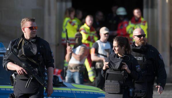 Полицейские рядом с местом, где автомобиль въехал в толпу людей в Мюнстере, Германия. 7 апреля 2018