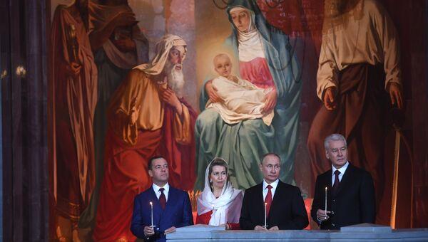 Президент РФ Владимир Путин и председатель правительства РФ Дмитрий Медведев с супругой Светланой на праздничном пасхальном богослужении  в кафедральном соборном Храме Христа Спасителя