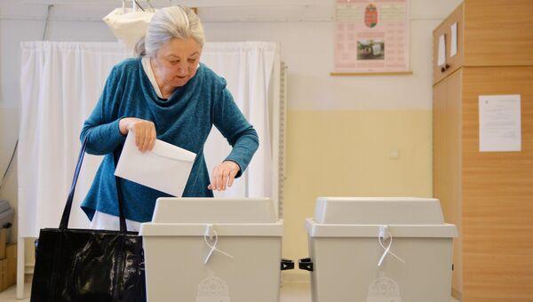 Женщина голосует на одном из избирательных участков в Будапеште во время парламентских выборов в Венгрии.Архивное фото