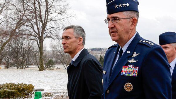 Генеральный секретарь НАТО Йенс Столтенберг во время визита в штаб Стратегического командования ВС США. 6 апреля 2018