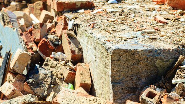 Разрушенная кирпичная стена. Архивное фото