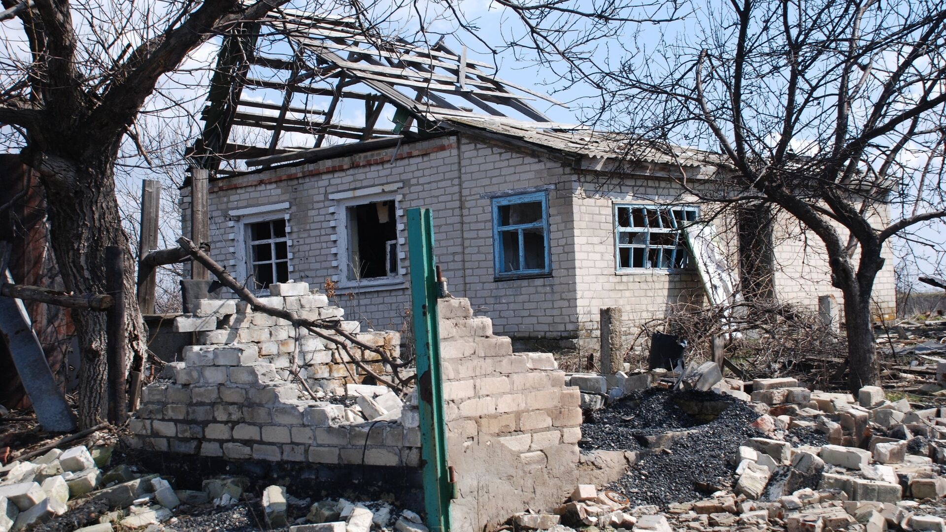 Разрушенный дом в поселке Желобок в Луганской области на линии разграничения - РИА Новости, 1920, 07.05.2021