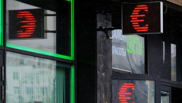 Символ евро на экране обменного пункта в Москве. Архивное фото