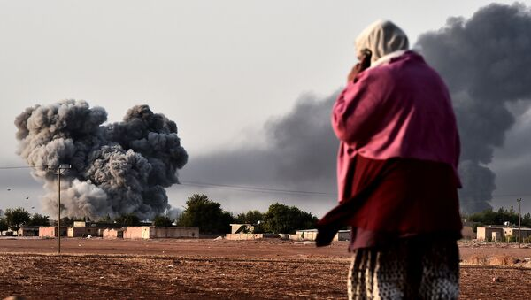 Дым после авиаудара сил коалиции в Сирии. Архивное фото