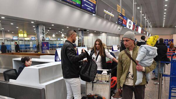 Пассажиры в зоне отлета аэропорта Шереметьево, откуда совершит первый рейс самолет компании Аэрофлот из Москвы в Каир. 11 апреля 2018