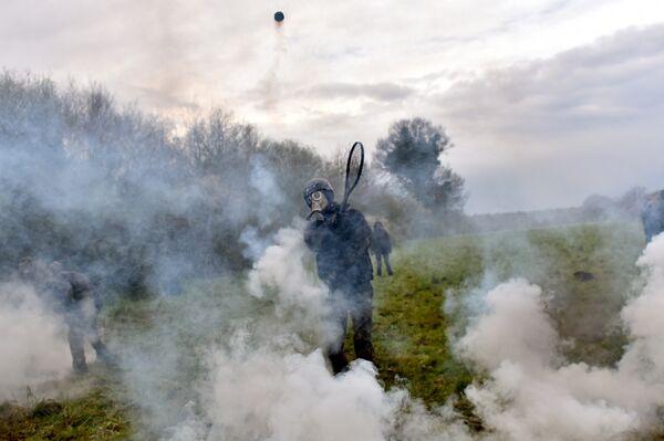 Столкновение протестующих с полицией во время операции по принудительному выселению стихийного городка в муниципалитете Нотр-Дам-де-Ланды, Франция