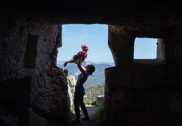 Девушка с ребенком на территории пещерного города Мангуп в Бахчисарайском районе Крыма