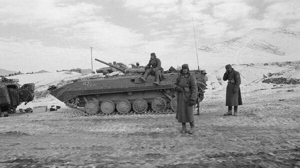 Советские солдаты возле БМП-1 в Афганистане. 8 января 1980