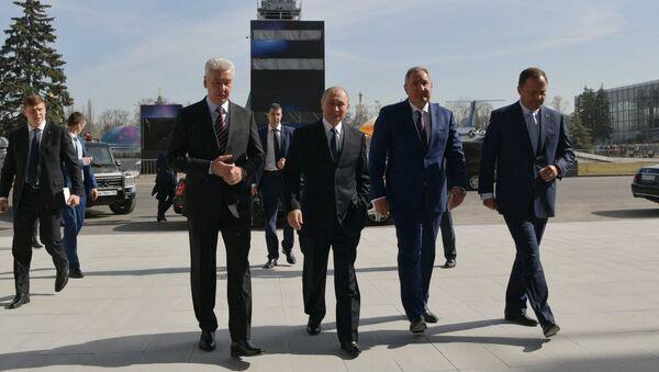 Президент РФ Владимир Путин во время посещения центра Космонавтика и авиация