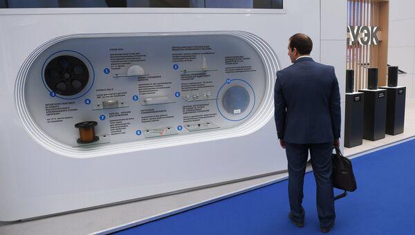 Стенд компании РУСАЛ с образцами продукции на выставке в рамках Красноярского экономического форума
