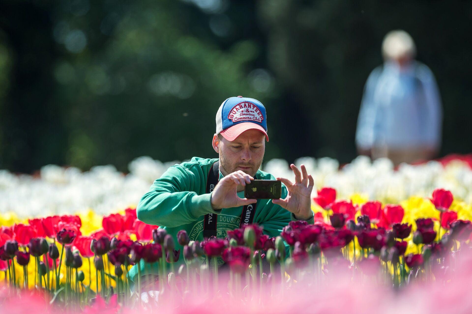 Посетитель на открытии выставки Парад тюльпанов в Никитском ботаническом саду в Крыму - РИА Новости, 1920, 18.03.2021