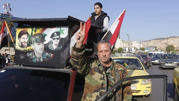 Сирийцы во время демонстрации против воздушных ударов коалиции под командованием США в Дамаске. 14 апреля 2018