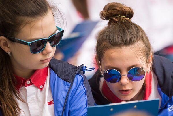 Участницы ежегодной образовательной акции по проверке грамотности Тотальный диктант-2018 в международном детском центре Артек