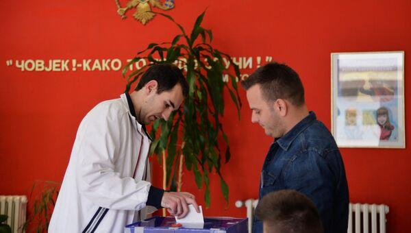 Мужчина голосует на выборах президента Черногории в Школе имени Максима Горького в Подгорице. 15 апреля 2018