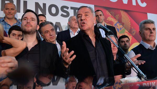 Лидер Демократической партии социалистов Черногории Мило Джуканович общается с избирателями после победы в первом туре президентских выборов. 15 апреля 2018
