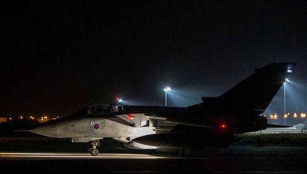 Британский самолет Tornado перед вылетом с аэродрома на Кипре. 14 апреля 2018