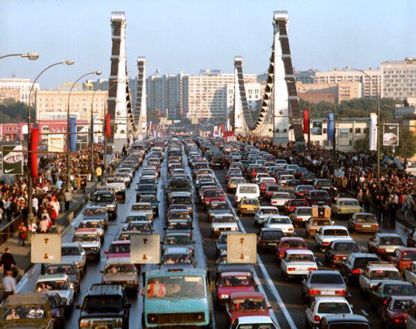Автомобили в пробке. Москва. Архив