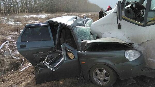 На месте ДТП в Омской области, где столкнулись микроавтобус и легковой автомобиль. 17 апреля 2018