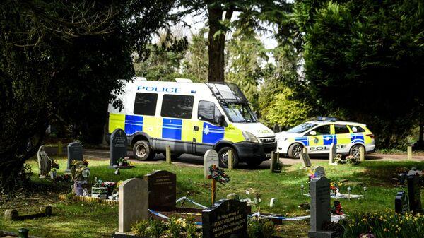 Полицейские машины на кладбище Солсбери, где похоронены жена бывшего полковника ГРУ Сергея Скрипаля Людмила и сын Александр. Архивное фото