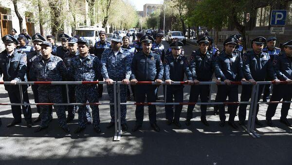 Сотрудники правоохранительных органов во время акции протеста сторонников оппозиции в Ереване. 17 апреля 2018