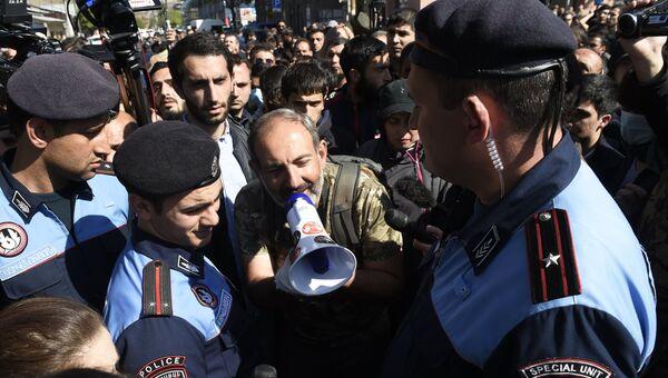 Лидер партии Гражданский договор Никол Пашинян в Ереване, где проходит акция протеста сторонников оппозиции. 17 апреля 2018