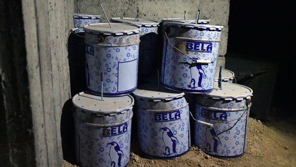 Емкости с взрывчаткой в химической лаборатории боевиков по изготовлению отравляющих веществ и взрывчатки в подвале одного из домов в освобожденном пригороде Дамаска Думе. Архивное фото