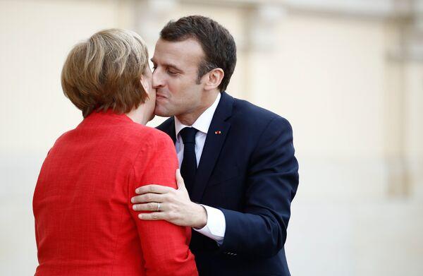 Канцлер Германии Ангела Меркель и президент Франции Эммануэль Макрон перед началом переговоров в Берлине